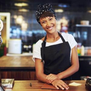 Jovem Empresária Sorridente - existe um momento ideal para abrir um negócio